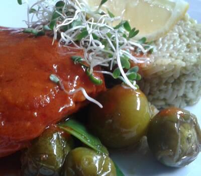 Salmon en Salsa de 3 Chiles al Aguacate, Soteado de Tomate Verde y Arroz al Cilantro