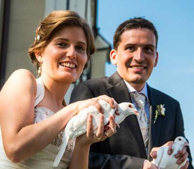 Beispiel: Brautpaar mit Tauben, Foto: Hochzeitstauben.
