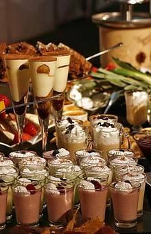 buffet de postres y cascada de chocolates