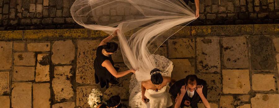 Casamento em Recife-PE. Entrada da noiva Renata com seu pai, fotografia feita de cima da igreja. Sandro Andrade Fotografia