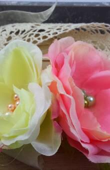 Amelina - Headband Ariane Superbe et romantique headband composé de dentelle et de magnifiques fleurs de soie entièrement réalisées à la main et rehaussées de perles. Se noue par un ruban de satin assorti. Pièce unique.