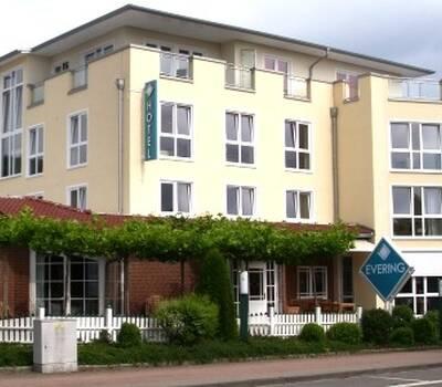 Beispiel: Vorderansicht, Foto: AKZENT Landgasthof Evering.