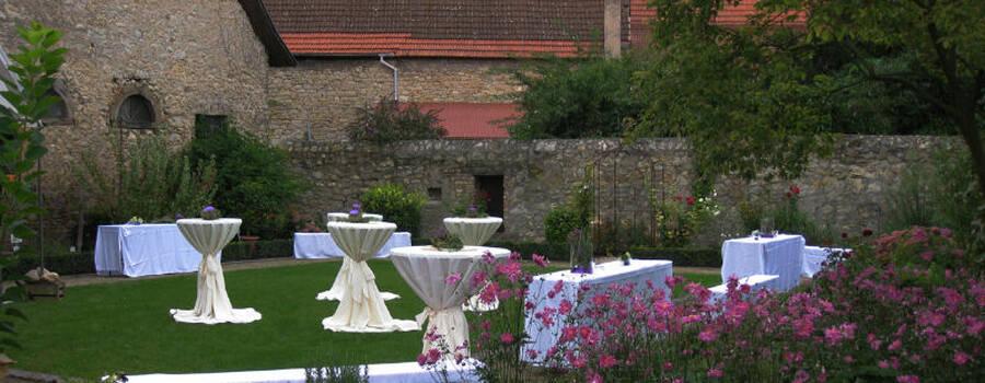 Beispiel: Stehtische im Aromagarten, Foto: Weingut Domhof.