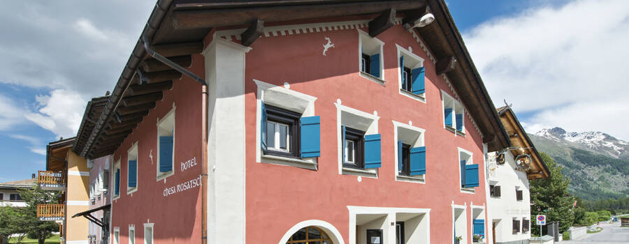 Beispiel:  Die Fassade des direkt an der Inn gelegenem Hotel, Foto: Hotel Chesa Rosatsch.