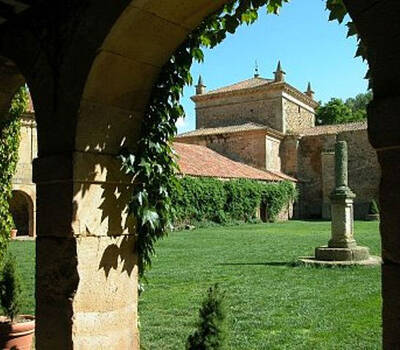 Iglesia y jardin desde el claustro