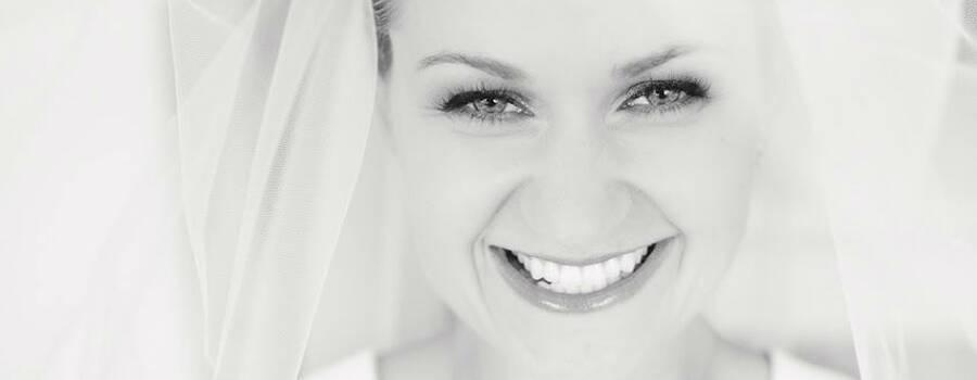 Beispiel: Glückliche Braut, Foto: carmen and ingo photography.