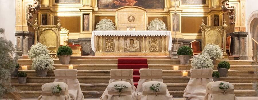 Iglesia con cestas de paniculata y boj