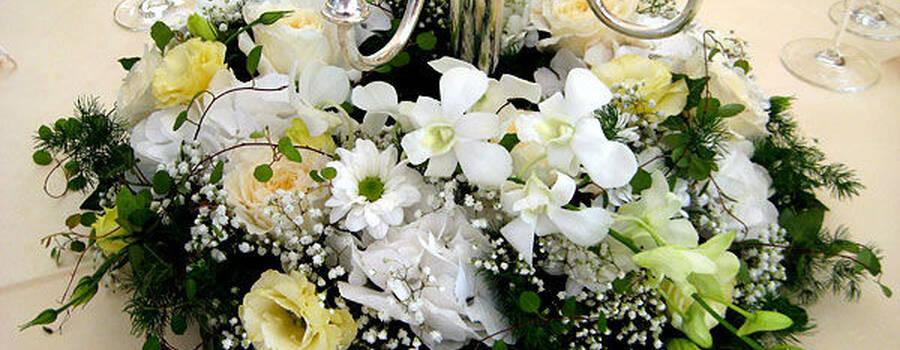 Beispiel: Blumengesteck für den Tisch, Foto: Dornröschen - Blumen Schmidt.