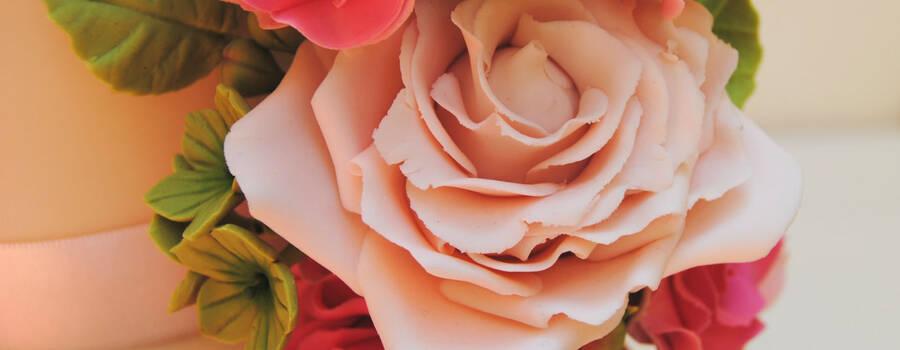 Detalle de una de las rosas inglesas en rosa empolvado, realizadas a mano en pasta de azúcar y totalmente comestibles.