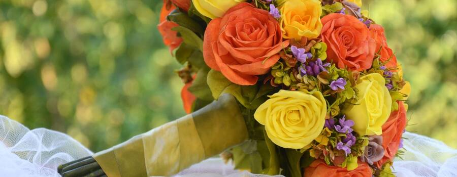 Buquê fake - tons quentes, coral e amarelo e flores do campo lilas.