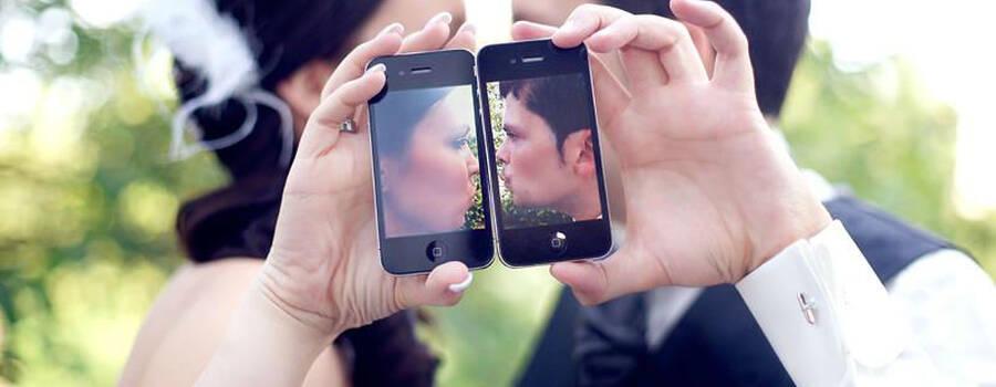 Beispiel: Brautpaar mit Handy, Foto: yourphoto.