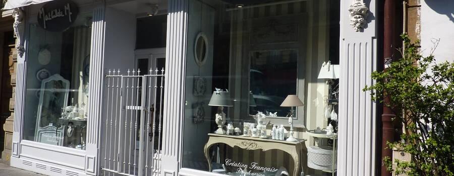 Mathilde M Paris, vitrine du mois de juin, miroir, lampes, oiseaux.....