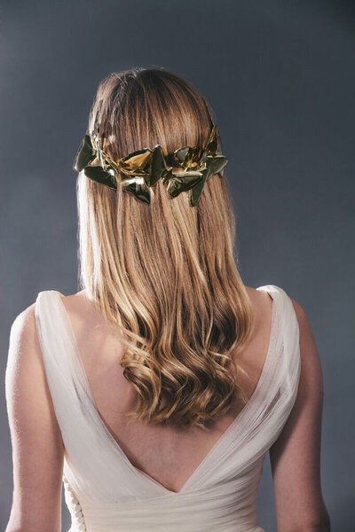 Novia con pelo suelto rizado en las puntas.
