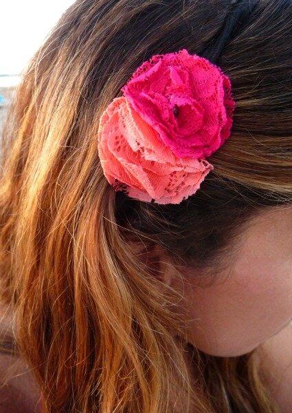Tocado de flores en dos tonos rosa. Foto: Nuez Moscada