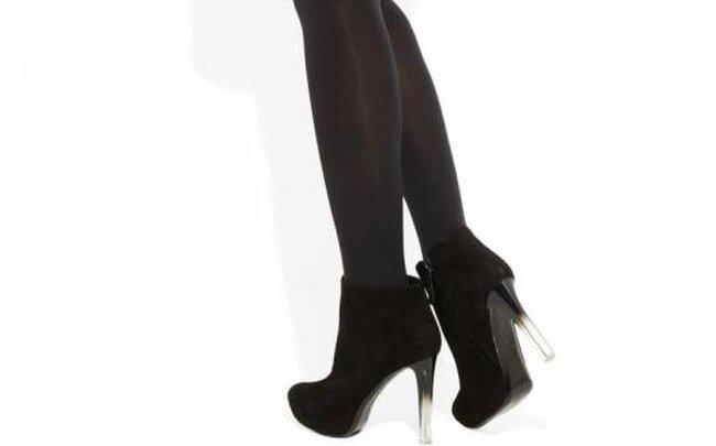 Botines en gamuza negra con tacón en degradé de Alexander McQueen. Foto: Net a Porter