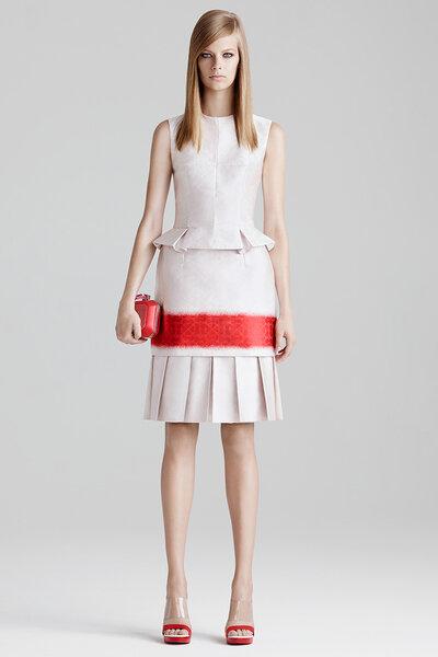 Vestido de fiesta 2015 en color marfil con falda tableada y silueta peplum - Foto Alexander McQueen
