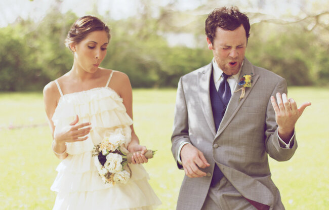 Indie-Braut mit Luftgitarre... Mit einem Brautstrauss lassen sich die besten Akkorde spielen. Foto: B&E Photographs