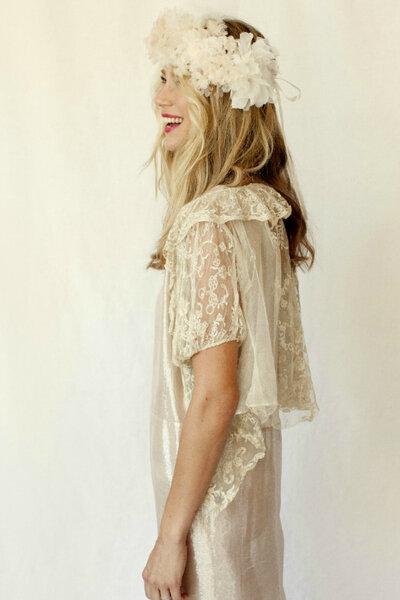 Gym hair con melena suelta texturizada y corona de flores de tul. El vestido de lamé y la capita de encaje son de Stone Fox Bride.