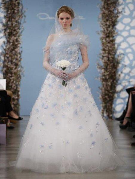 Abito da sposa in stile principessa con gonna in tulle e applicazioni in azzurro - Foto Oscar de la Renta
