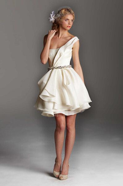 Vestido de novia corto en color blanco con detalle en la cintura de pedrería y falda voluminosa