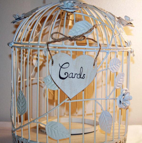 Una vecchia gabbia di uccellini piena di ricordi
