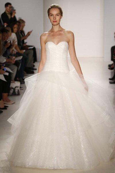 Vestido de novia de silueta cintura baja con escote corazón y hermosa falda amplia