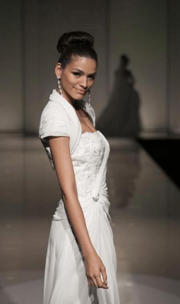 Bolerino per completare un abito da sposa senza spalline