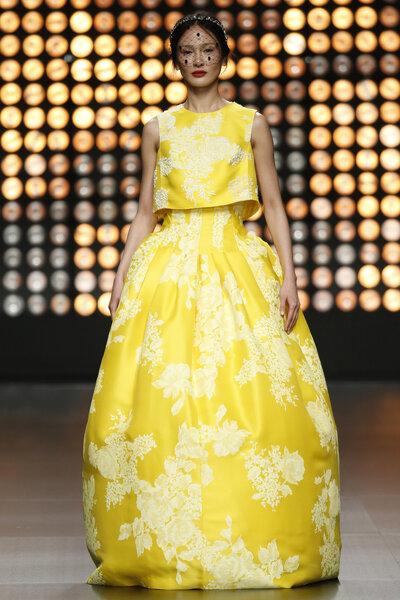 Isabel Sanchis propone una línea de vestidos atrevidos con maxi estampados que no pasan desapercibidos.