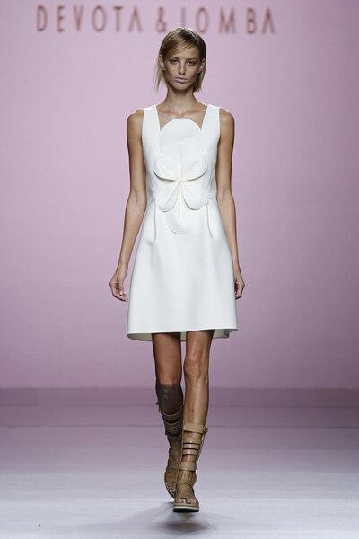 Vestido corto con escote original y detalle floral sencillo.