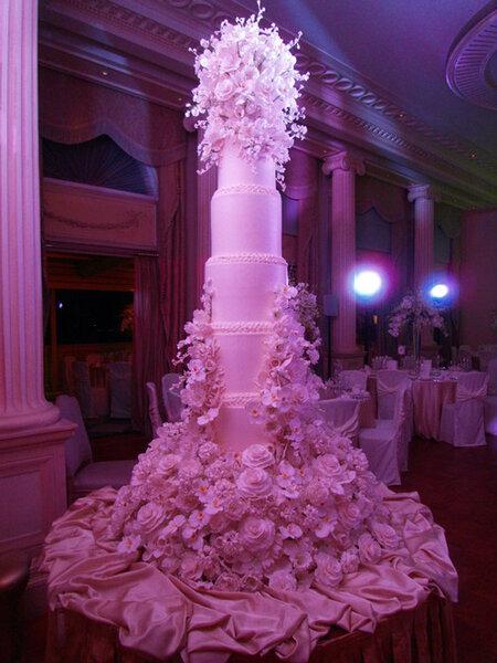 Pastel de bodas con detalles de flores y muchos pisos
