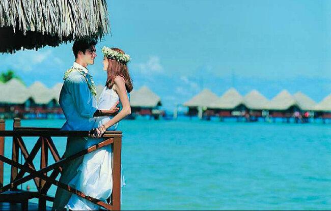 Tahiti, die größte Insel von Französisch-Polynesien, ein smaragdgrüner Juwel von kristallklarem Wasser umgeben.