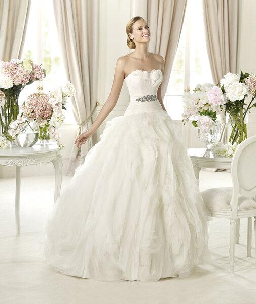 Vestido de novia 2014 de Pronovias con corte princesa, escote corazón y aplicación de pedrería en la cintura