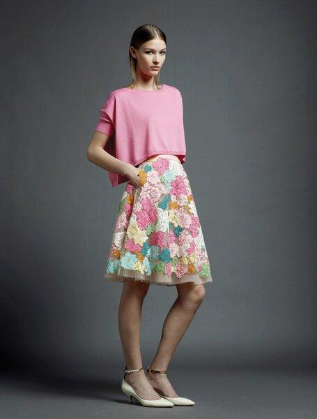 Vestido de fiesta con estampados de flores en colores brillantes y suéter a juego con acabado asimétrico en color rosa