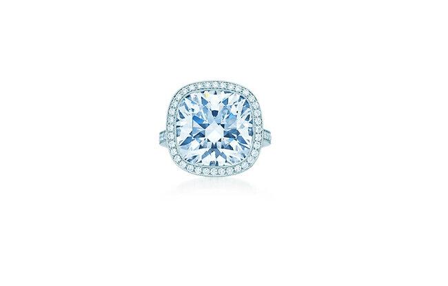 Le catalogue de Tiffany propose des bijoux à prix abordable pour tous les jours, jusqu'aux pièces qui ne peuvent qu'être rêvées, comme cet anneau lumineux central avec 11 carats de diamants à double halo. Son prix: un million et demi d'euros.