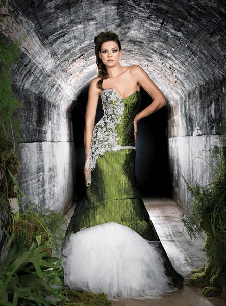 Vestido de novia largo con superposición de tela en color verde con brocados