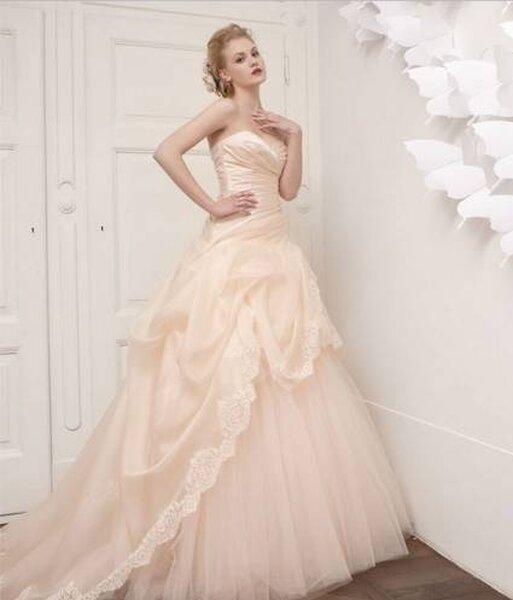 Vestido de noiva rosa com renda e tule de Aimèe Montenapoleone. Foto: www.aimee.it
