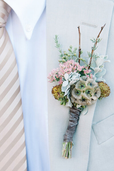 Flores silvestres sobre beige y corbata de rayas.