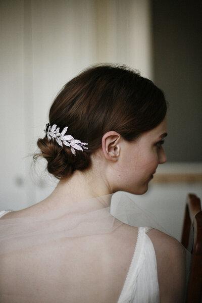 Fryzury ślubne - kok ozdobiony spinką vintage, Foto: Belathee Photography