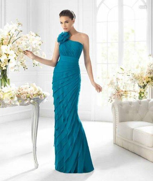 Vestido azul com detalhe de flor. Foto: La Sposa
