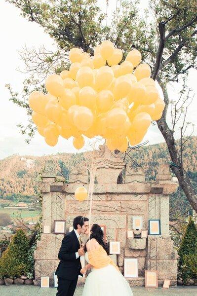 Casal de noivos com balões.