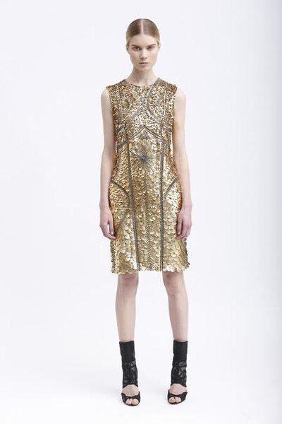 Vestido de fiesta corto en color dorado sin mangas y líneas