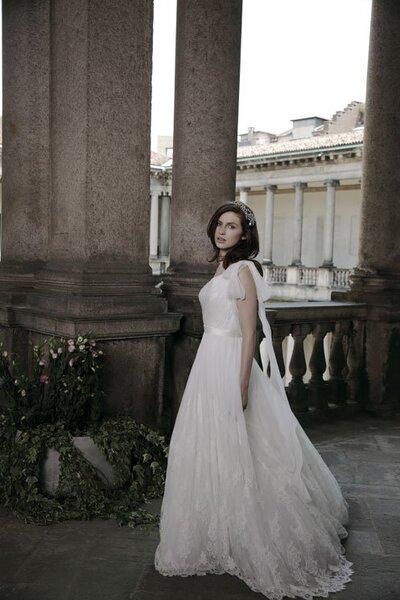 Vestido de novia 2014 en color blanco con estilo romántico y falda voluminosa