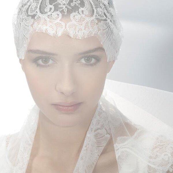 Diadema de encaje y bordados para novia