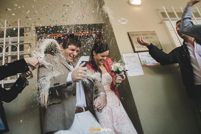 Trajes para noivos em tons claros. Foto: Ale Prieto
