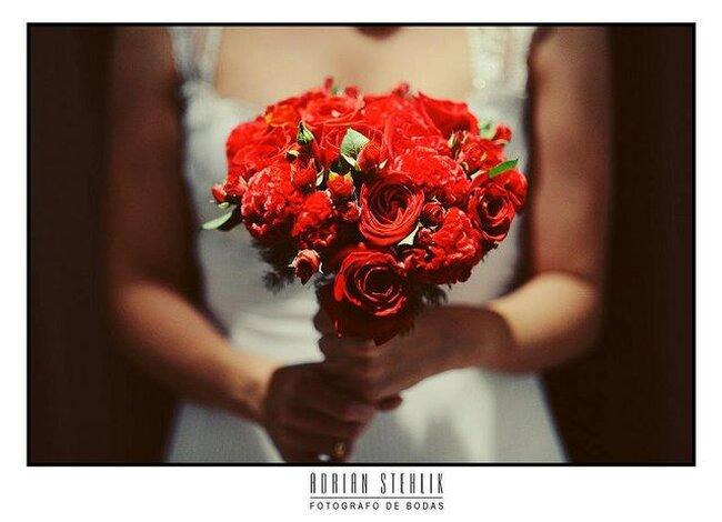 Diferentes ideias de buquês de noiva com flores vermelhas. Foto: Adrian Stethlik
