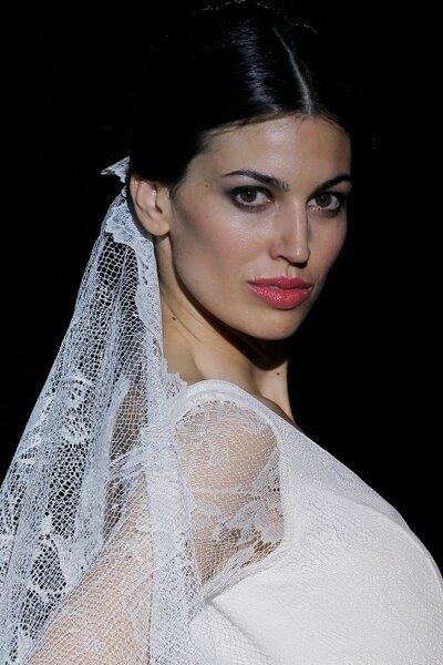 Un look de mariée très espagnole, avec  voile de dentelle. Vu dans le défilé de Franc Sarabia. Photo: Ugo Cámera