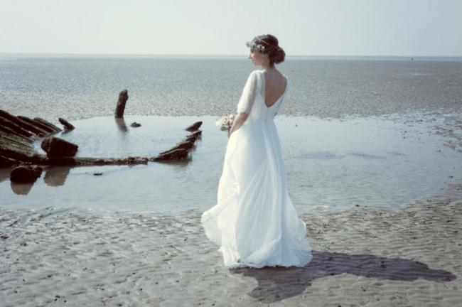 Robe de mariee avec mousseline de soie et dentelle chantilly de Odile Leonard.