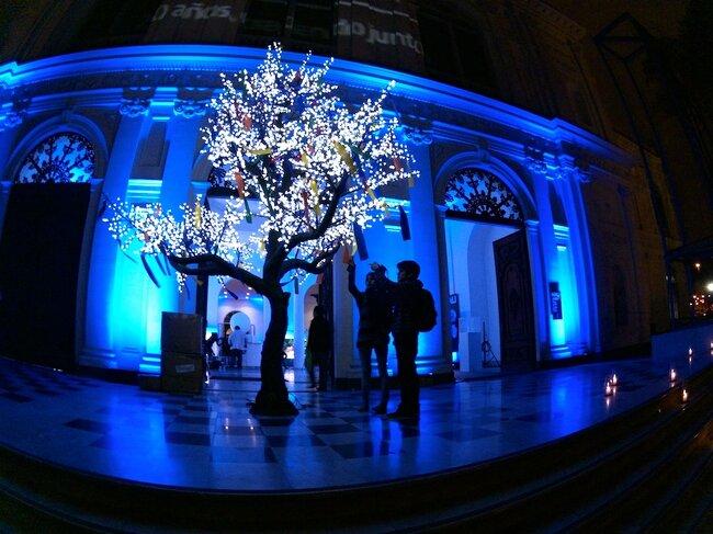 Un árbol en luces led azules es una excelente opción.