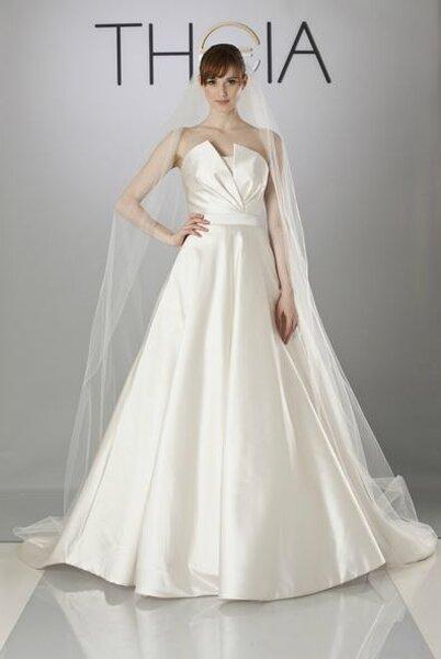 Suknia ślubna z kolekcji Theia 2014