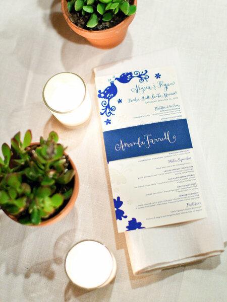 Menú impreso para banquete de bodas con detalles en color azul real - Foto Steve Steinhardt